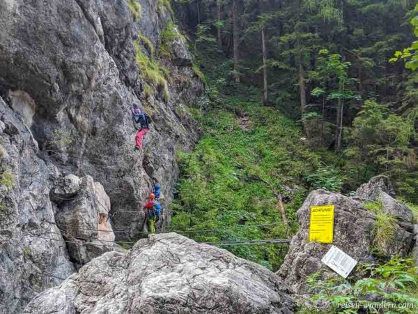 Seilbrücke und Einstiegstafel des Hias Klettersteig