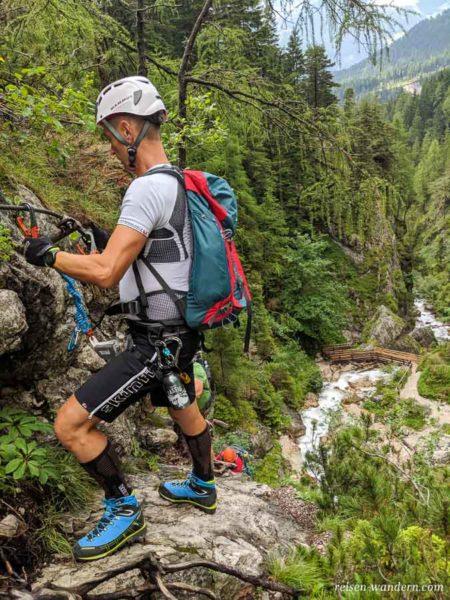 Blick vom Hias Klettersteig auf den Bach der Silberkarklamm