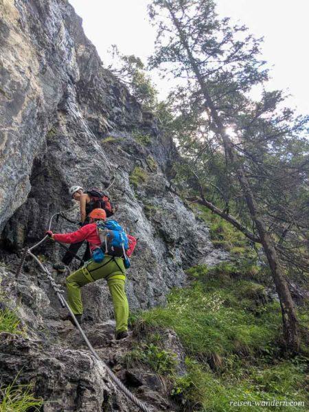 Stahlseil am Hias Klettersteig mit 2 Kletterern