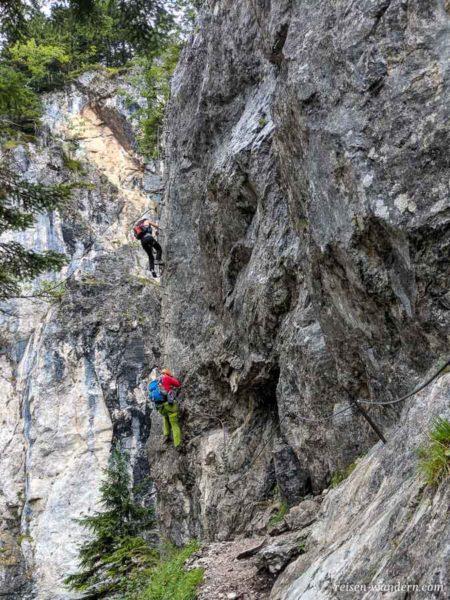Anstieg an einer Steilwand am Hias Klettersteig