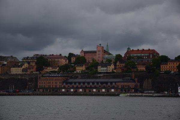 Vor der Kulisse Stockholms steht eine Halle im Fabrikstil. Darin befindet sich die Fotografiska