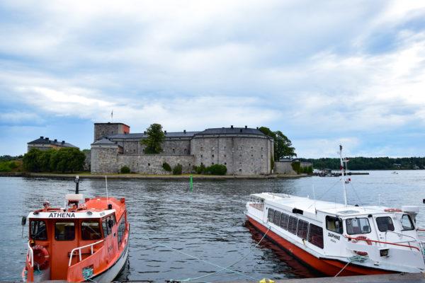 Auf einer kleinen Insel steht eine Burg – die Vaxholm-Festung