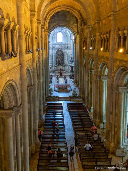 Blick in das Innere der Kathedrale von Lissabon