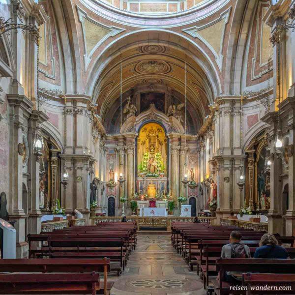 Mit Blumen geschmücktes Innere der Church Saint Anthony of Lisbon