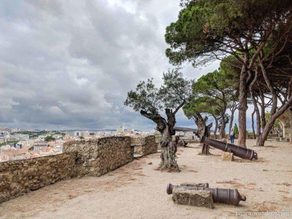 Burg von Lissabon mit alten Kanonen