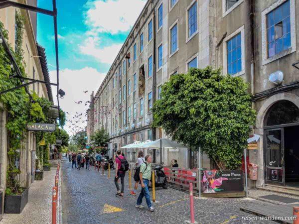 Gasse im Kunstzentrum LX Factory mit Geschäften