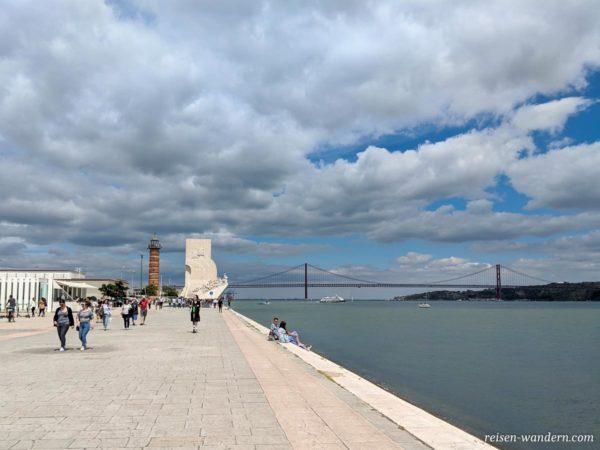 Uferpromenade mit Brücke Ponte 25 de Abril