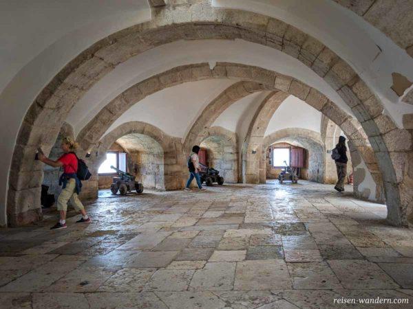 Kanonen im unteren Gewölbe des Torre de Belém