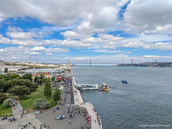 Blick auf die Uferpromenade mit Brücke Ponte 25 de Abril im Hin