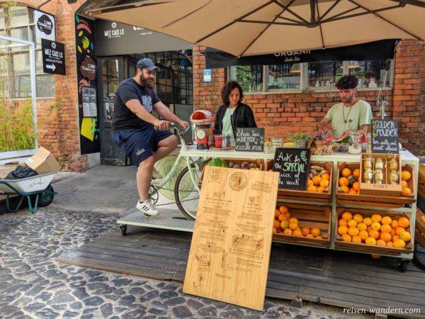 Manuelle Saftpresse angetrieben von einem Fahrrad im Kunstzentrum