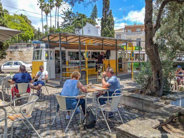 Straßencafe beim Mosteiro dos Jerónimos mit umfunktionierter S