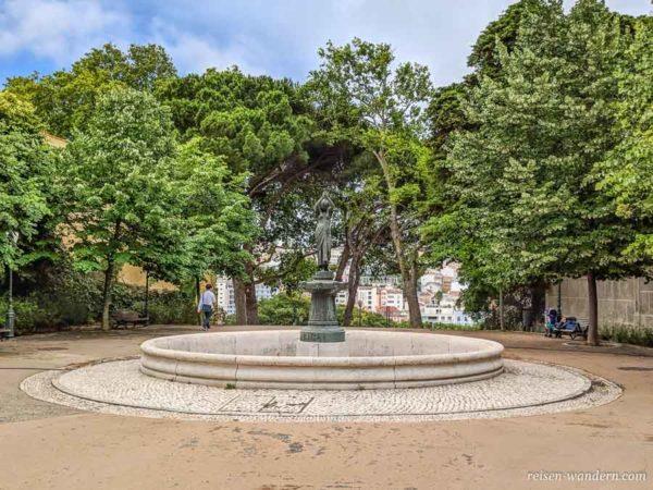 Statue einer Frau beim Aussichtspunkt Jardim do Torel