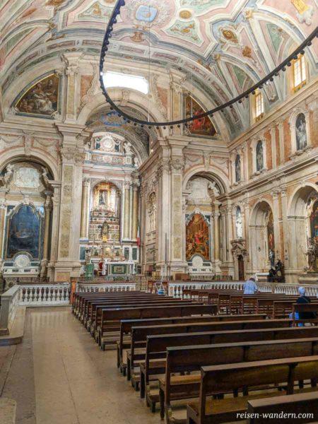 Inneres einer Kirche am Platz Praça Luís
