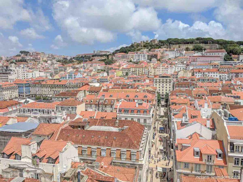 Blick auf die Burg von Lissabon vom Elevador de Santa Justa