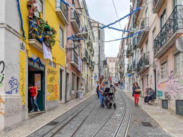 Straße mit Schienen im Stadtteil Bica