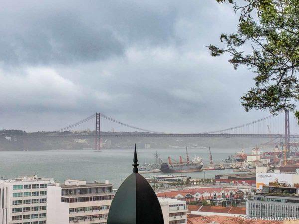 Blick auf die Brücke Ponte 25 de Abril
