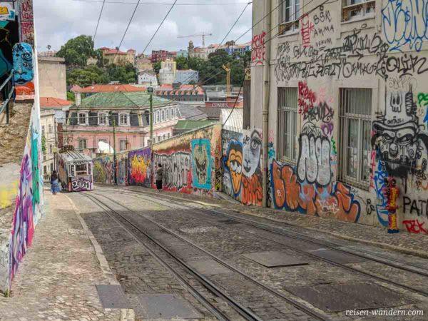 Straßenzug mit Graffitis in Lissabon