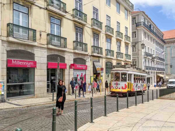 Alte gelbe Straßembahn in Lissabon