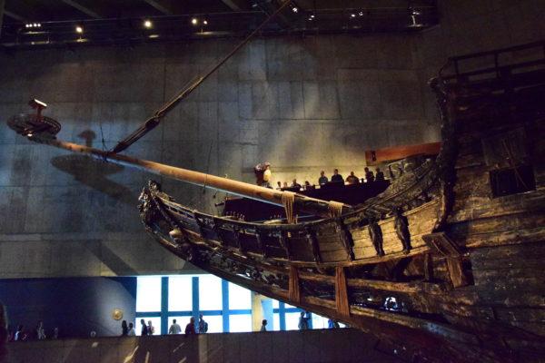 Das Bug der Vasa – eines lange verschollenen Wracks – wird im Licht des Museums erstrahlt