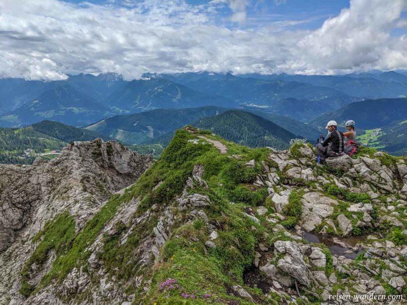 Kletterer am Gipfel des Klettersteig Anna