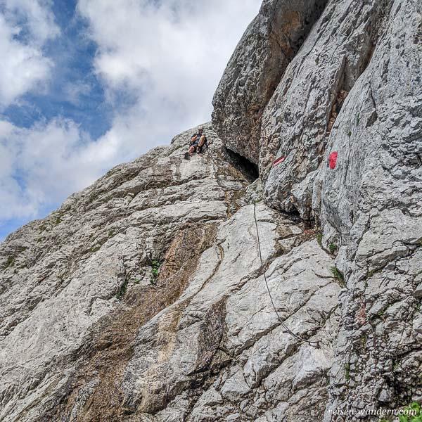 Abstiegsplatte vom Klettersteig Anna mit Seilversicherungen