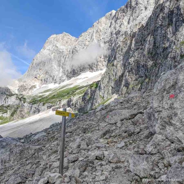Wegweiser zum Klettersteig Anna kurz vor Einstieg