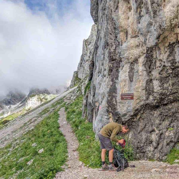 Hinweisschild Anseilplatz beim Anna Klettersteig