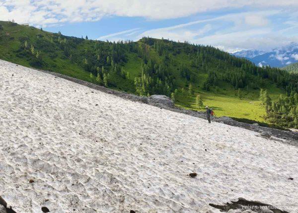 Schneefeld beim Zustieg zum Klettersteig Anna
