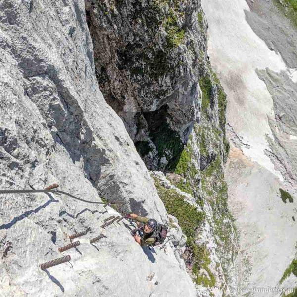 Künstliche Tritte am Anna Klettersteig an Pfeiler