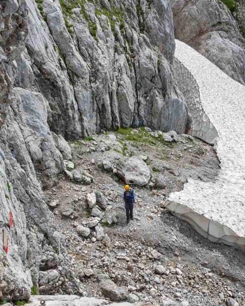 Schneefeld und Felswand am Dachstein