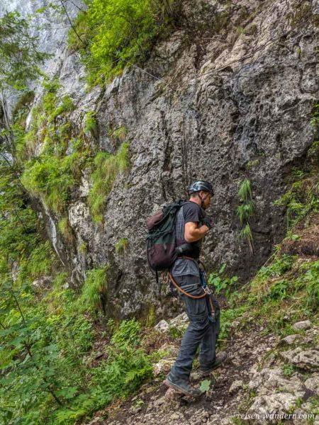 Einstieg des Schmied Klettersteig an nasser Felswand
