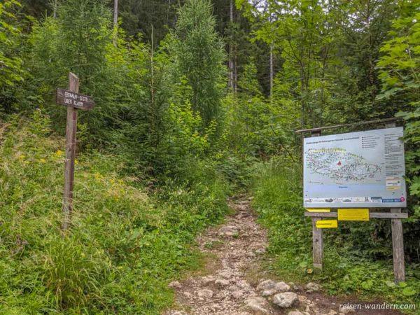 Zustieg zum Schmied-Klettersteig mit Klettersteigtafel