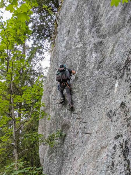 Eisenkrampen an Felswand des Schmied-Klettersteig