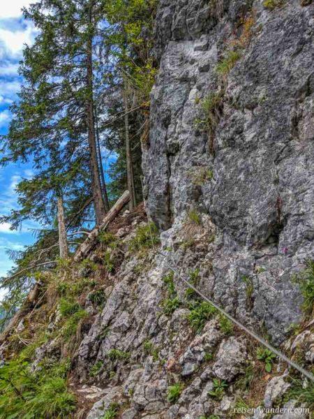 Seilversicherungen an Fels des Schmied-Klettersteig