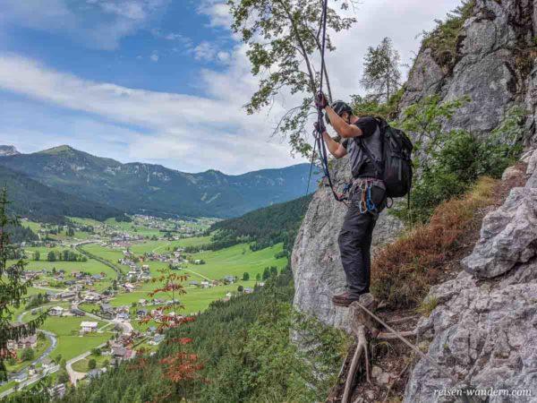 Seilbrücke mit Blick auf Gosau vom Schmied-Klettersteig