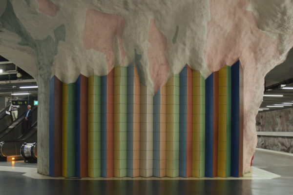Ein Regenbogen aus Fliesen hält eine pastellfarbene Decke