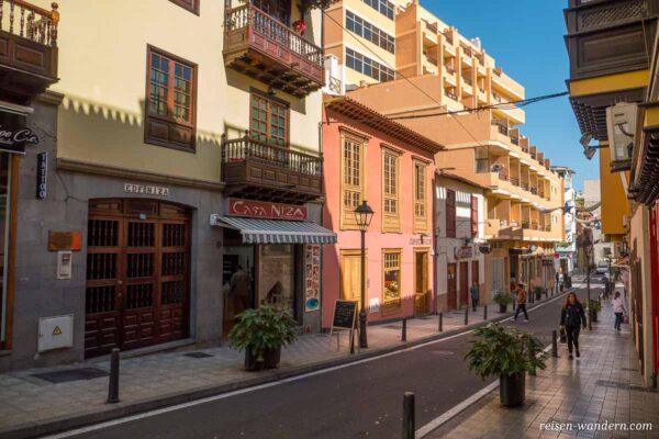 Gasse mit alten Gebäuden in Puerto de la Cruz