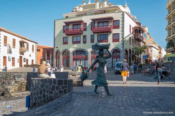 Statue einer Frau mit Fischkorb am Hafen von Puerto de la Cruz