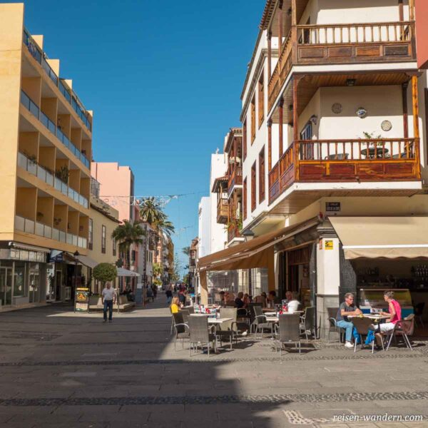 Fußgängerallee mit Cafes in Puerto de la Cruz