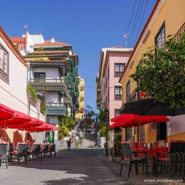 Straße mit Cafes in Puerto de la Cruz auf Teneriffa