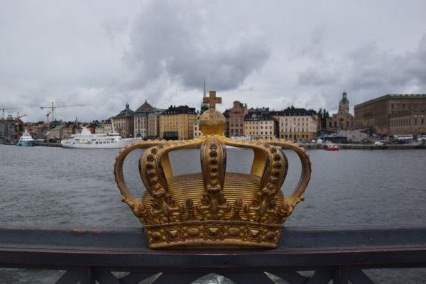Eine Krone am Brückenrand und im Hintergrund die Kulisse Stockholms