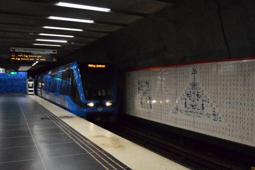 Eine U-Ban fährt in die Station ein