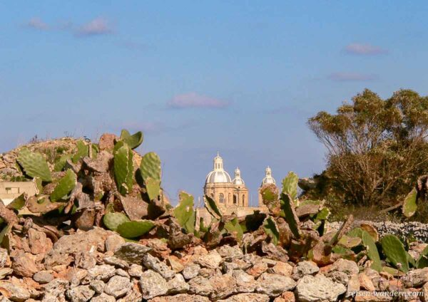 Fernansicht der Kirche in Dingli von den Dingli Cliffs