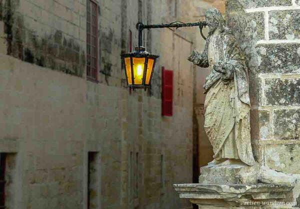 Lampe und Hausstatue in Mdina