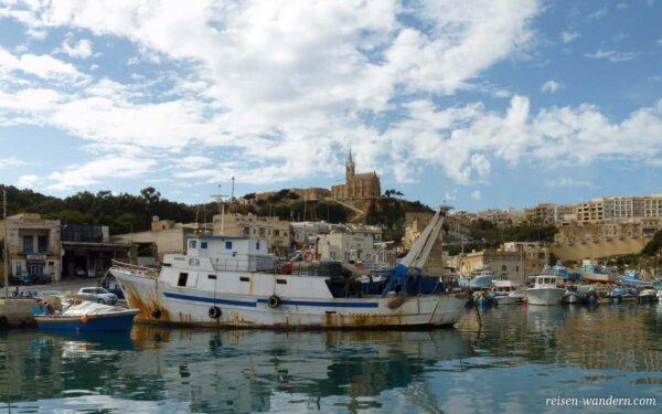 Hafen von Gozo mit Kirche