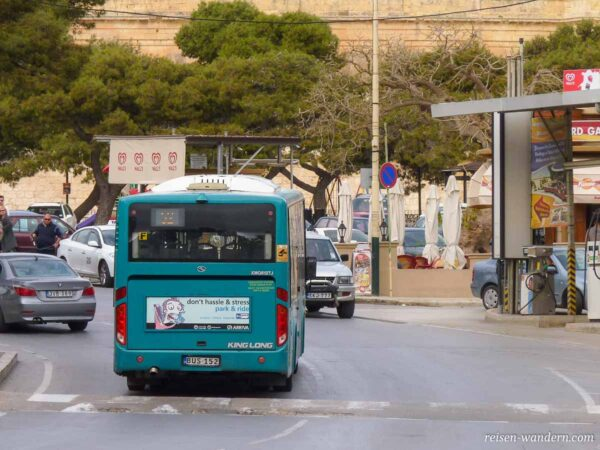 Bus auf Malta in der Rückansicht