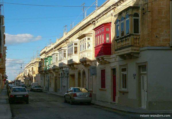 Straßenzug in Tarxien mit Balkons