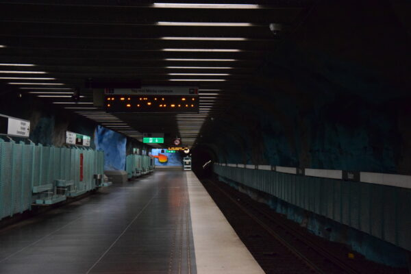 Die Gewölbe der U-Bahn Station in Stockholm sind bunt verziert