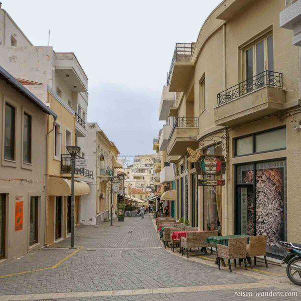 Cafe bei einer Fußgängerpassage in Heraklion