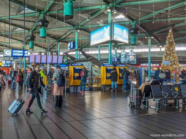 Halle mit Fahrkartenautomaten im Flughafen Schiphol